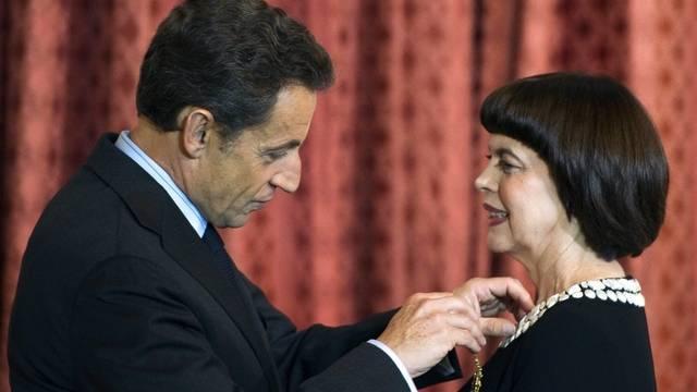 """Sarkozy steckt dem """"Spatz von Avignon"""" die Offiziersmedaille an"""