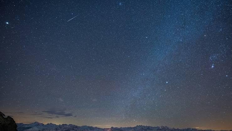Eine Sternschnuppe zog im vergangenen Dezember ihre Bahn über dem Zentralschweizer Nachthimmel (Archivbild)