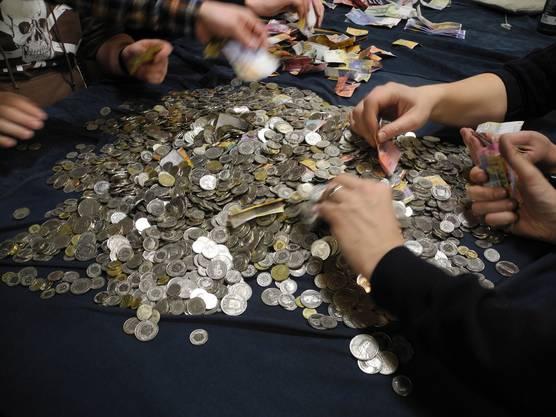 Zuerst werden die Noten aussortiert. Alleine damit kommen mehrere tausend Franken zusammen.