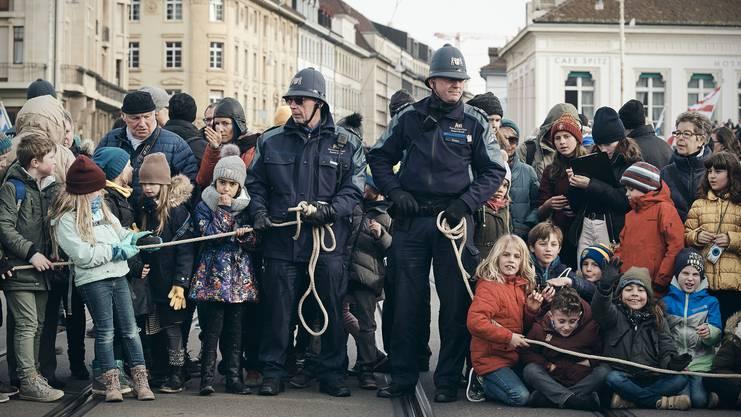 Druggedde und Seilziehen mit der Polizei: Zur Mittagszeit eilen die Schaulustigen zum Tanz auf der Mittleren Brücke.