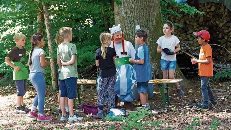 Die Wohler Kinder bringen Obelix Dinge, die er haben möchte.