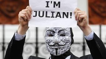 Julian-Assange-Sympathisant demonstriert in London