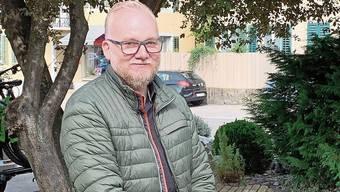 Entspannt blickt Grossratskandidat René Fiechter in die Kamera und den Wahlen am 18. Oktober entgegen.