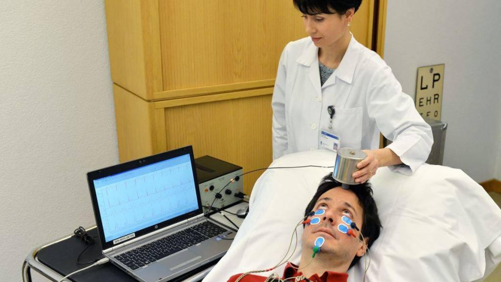 Ein Vibrationsgerät an der Stirn versetzt den Schädel in Schwingungen, was indirekt die Augenmuskeln aktiviert. mit diesem Trick könnte sich Myasthenie künftig einfach diagnostizieren lassen.