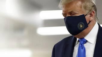 Nun trägt auch Donald Trump die Maske: Der US-Präsident mit Mund- und Nasenschutz in einem Militärspital in der Nähe von Washington.