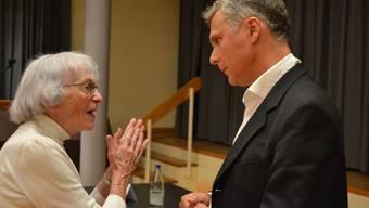 Christoph Weber-Berg im Gespräch mit einer Angehörigen der Kirchgemeinde Bremgarten-Mutschellen.