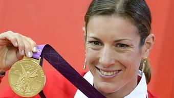 Nicola Spirig trägt die Schweizer Fahne