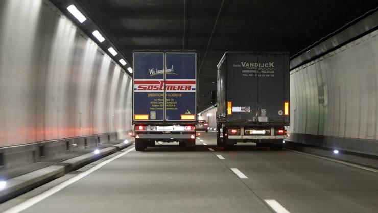 Ein Lastwagen überholt einen anderen und muss stark bremsen. Kein Unfall, dafür ein langes Gerichtsverfahren. (Symbolbild)
