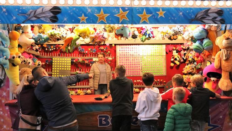 Gross und Klein testen ihre Schiesskünste am Schiessstand der Kellerfest-Chilbi.