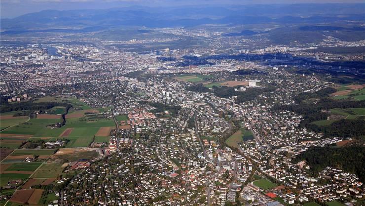Uneinigkeit im Leimental: Im Vordergrund Oberwil, dahinter Bottmingen und Binningen, links hinten die östlichen Quartiere von Allschwil.