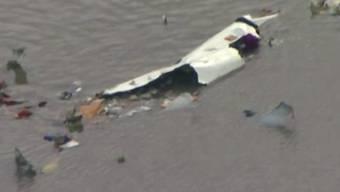 In den USA ist am Samstag eine Transportmaschine in eine Bucht gestürzt.