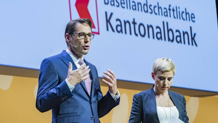 Bankpräsident Thomas Schneider und Modaratorin Catherine Thommen.