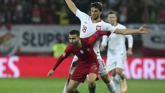 Portugals Rafa Silva (vorne) im Zweikampf um den Ball gegen Polens Bartosz Bereszynski