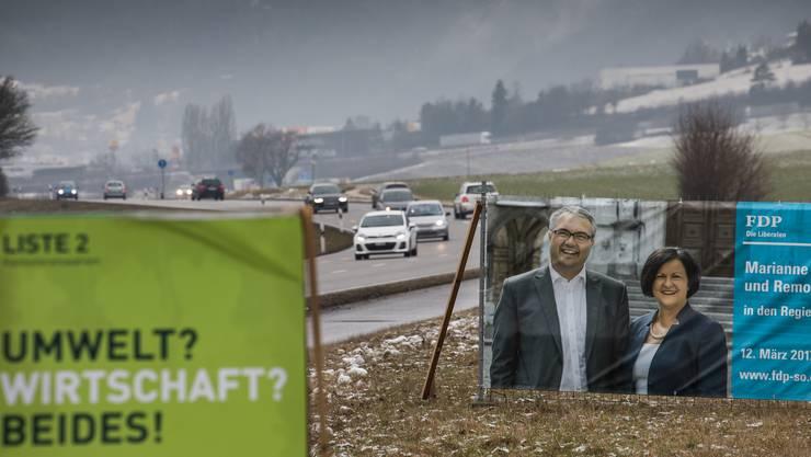Plakate vermitteln politische Botschaften und präsentieren Köpfe.