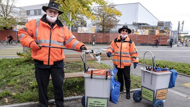 Heinzelmännchen in orange: Beat Inäbnit und Astrid Sommerhalder gehen seit Anfang Jahr fast täglich Saubermachen.