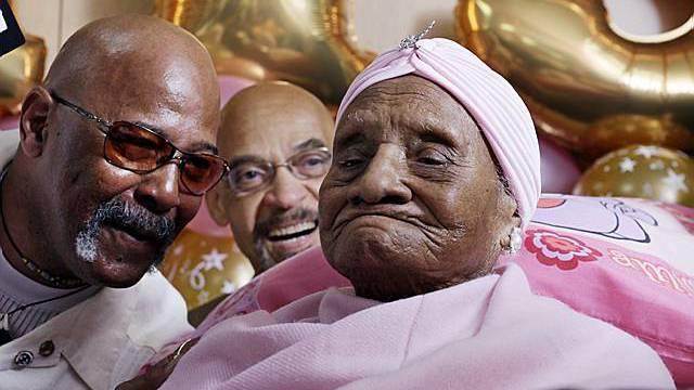Baines feiert mit ihrem Pastor (l.)