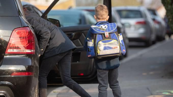 Wenn viele Eltern ihre Kinder in die Schule fahren, führt das vor dem Schulhaus schnell einmal zu einem kleinen Verkehrschaos.