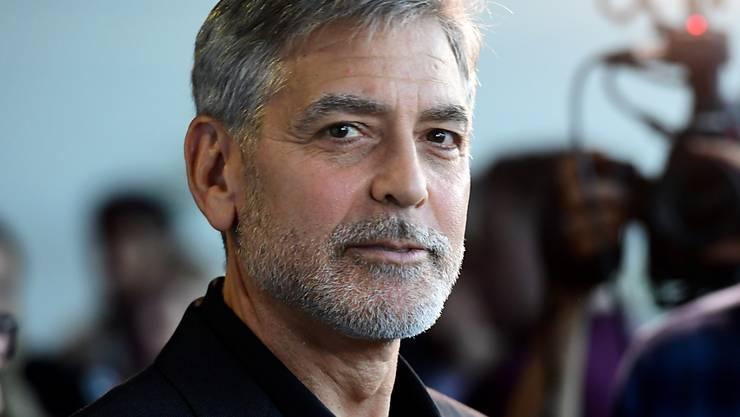 ARCHIV - George Clooney, Schauspieler aus den USA, kommt zur Premiere des Films «Catch-22 - Der böse Trick» im GUE Cinema Westfield. Foto: Ian West/PA Wire/dpa