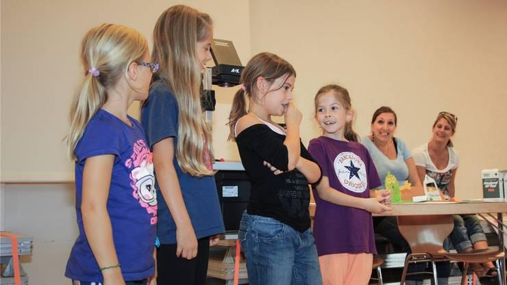Die Kinder präsentierten ihre Ideen vor dem Publikum, nachdem sie sich in der Gruppe Gedanken zu deren Umsetzung gemacht haben.
