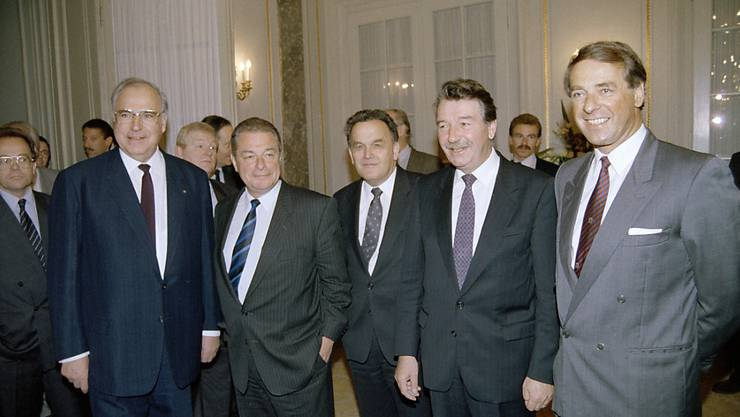 Der verstorbene ehemalige deutsche Bundeskanzler Helmut Kohl bei seinem Staatsbesuch in Bern am 14. April 1989 - flankiert von den Bundesräten Adolf Ogi, Rene Felber, Otto Stich und Jean-Pascal Delamuraz, von rechts nach links. (Archivbild)
