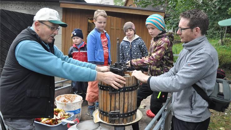 Apfelsaftpressen ist Teamwork: Bruno Völlmin, Cédric Klaus, Emanuel Suter, Levi und Silvan Cramer mit Peder Zipperlen (v.l.).