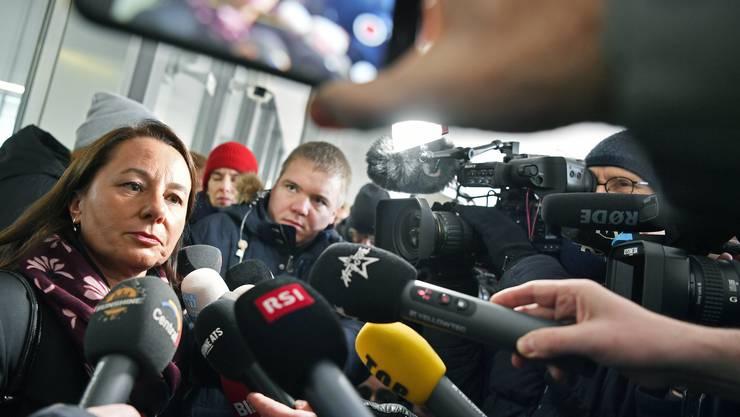 Verteidigerin Renate Senn wird nach dem Urteil von Medienleuten umringt.