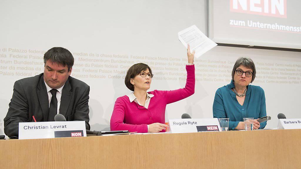 Grünen-Präsidentin Regula Rytz (Mitte) kritisiert, dass der Bund keine konkreten Angaben zu den Kosten der Unternehmenssteuerreform III macht. Nach bisherigen Schätzungen belaufen sich diese auf mindestens 3 Milliarden Franken.