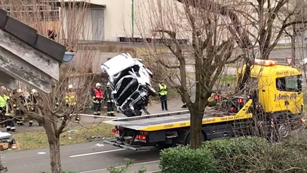 Das Fahrzeug wird mit Totalschaden abgeschleppt.