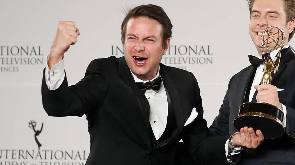 Der deutsche Regisseur Matthias Bittner (links) und Produzent Paul Zischler freuen sich über ihren Emmy.