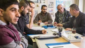 Bisher konnten Asylsuchende mit Ausweis N Intensivkurse mit 20 Lektionen besuchen. Künftig dürfen sie nun nur noch 10 Lektionen pro Woche in die Schule. (Symbolbild)