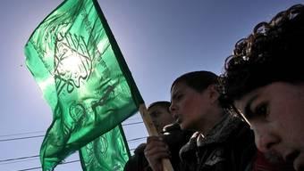 Palästinenser mit Hamas-Flaggen an der Trauerfeier für ein Opfer des israelischen Luftangriffs von Mittwoch
