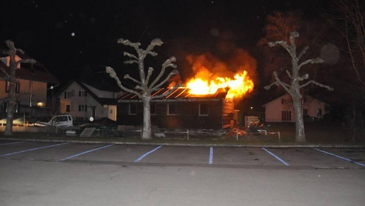 Die lichterloh brennende Holzbaracke.