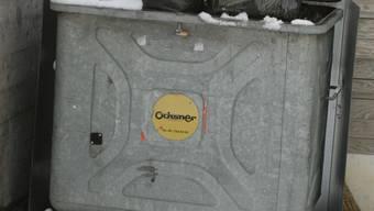 Schnee auf dem Deckel erschwert den Müllmännern die Arbeit. ama