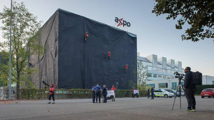 Aktivisten von Greenpeace verhüllten im September 2016 ein Axpo-Gebäude in Baden. Zwei von ihnen standen am Mittwoch vor dem Bezirksgericht.