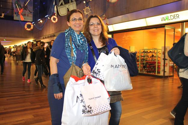Gülcan Karagoz und Marisa Ferreira mit vollen Tüten.