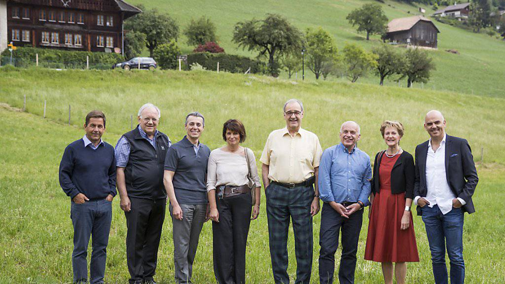 Die Landesregierung und Bundeskanzler Walter Thurnherr posieren am Donnerstag auf einer Wiese bei Charmey für die Fotografen.