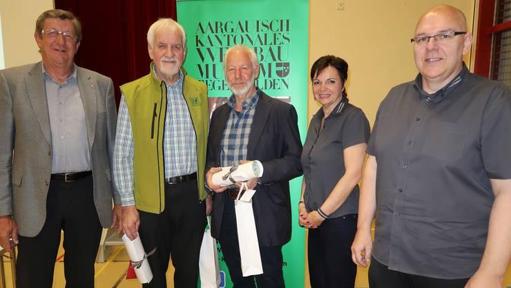 Die beiden neuen Ehrenmitglieder Geri Hirt (2. v. l.) und Ruedi Sommerhalder (3. v. l.) flankiert von Ehrenpräsident Walter Deppeler, Petra Ackermann und Präsident Daniel Hirt.