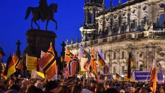 Tausende Pegida-Anhänger am Montagabend auf dem Theaterplatz in Dresden.