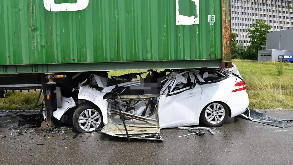Autofahrer prallt in Anhänger und stirbt