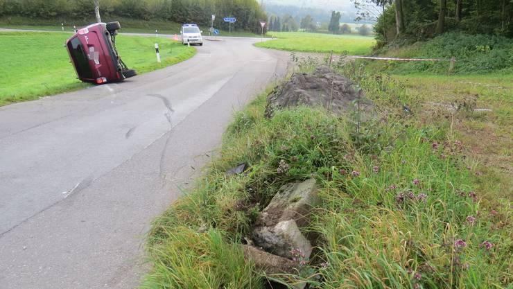 Die Autofahrerin war durch den Verzehr eines Gebäcks abgelenkt, als das Fahrzeug von der Strasse abkam, in einen Stein prallte und zur Seite kippte.