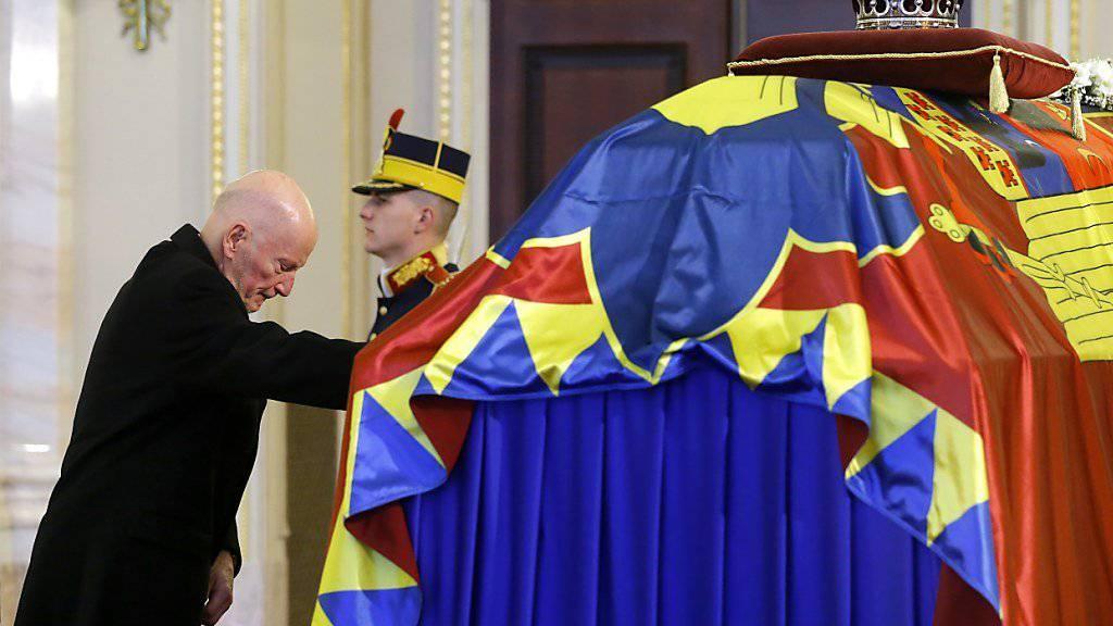 Am Sarg des verstorbenen letzten Königs von Rumänien, Michael I., im ehemaligen Königspalast in Bukarest hält der frühere bulgarische König Simeon II. von Sachsen-Coburg und Gotha (bürgerlich Simeon Borissow Sakskoburggotski), links, inne.