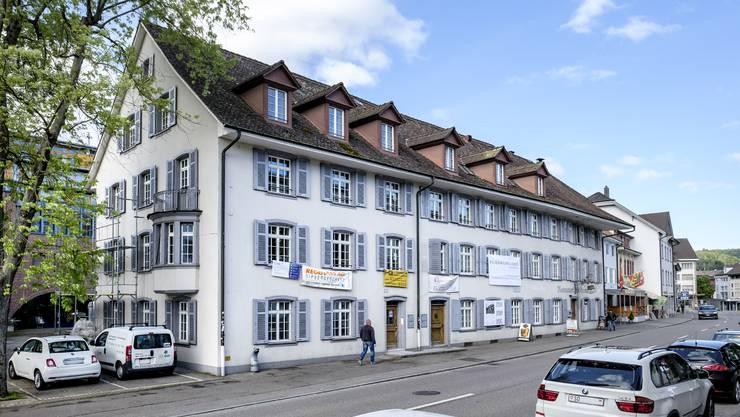 Carl Spitteler lebte in der Mitte des markanten Gebäudes an der Kasernenstrasse, wo das weisse Werbebanner hängt.
