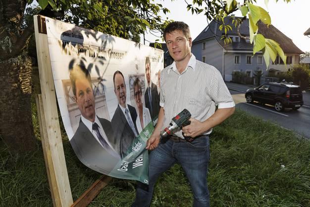 Daniel Wehrli (SVP) beim Anbringen der SVP-Wahlplakate.