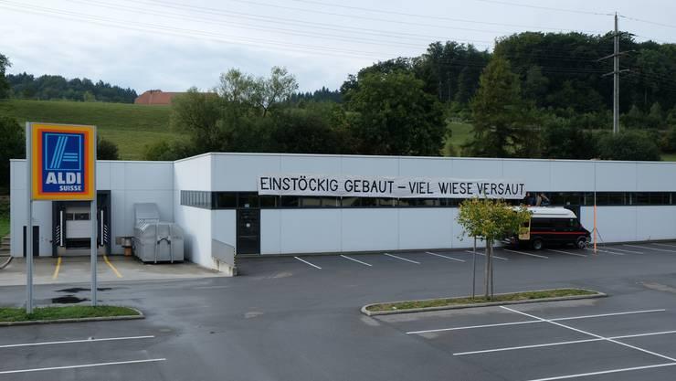 Die Jungen Grünen haben am Aldi bei der Westumfahrung Solothurn einen Banner angebracht.