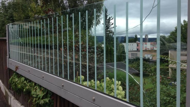 Auf diese gläserne Lärmschutzwand in Strengelbach haben Vandalen geschossen.