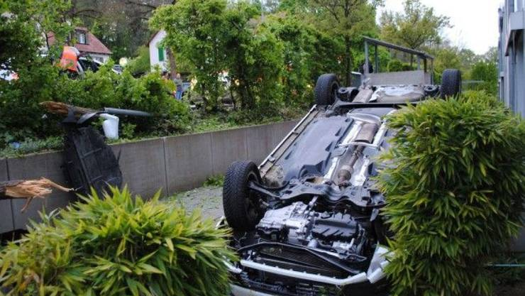 Über die Gartenböschung gekippt: Eine 55-jährige Lenkerin verletzt sich bei Unfall in Schaffhausen. (Bild Schaffhauser Polizei)