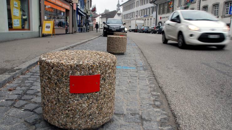 Veränderte Situation an der Herrengasse: Betonpoller statt Autos auf den Parkplätzen.