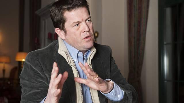 Leger und ohne Brille: Karl-Theodor zu Guttenberg beim Interview in einem Hotel in Klosters. Nächste Woche tritt er im Alpensymposium auf. Foto: Olivia Iten