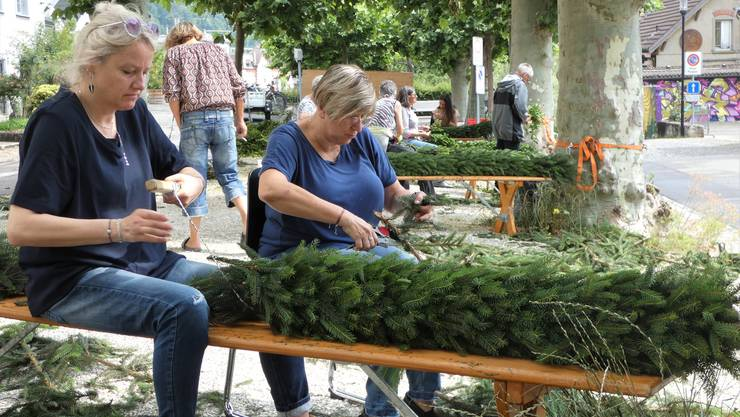 Das Brugger Salzhaus wurde für die Kunst-Installation «Jugendfest(t)raum» in der Büscheliwoche dekoriert. Unter der Leitung von Barbara Iten halfen rund 40 Freiwillige beim Kränzen.