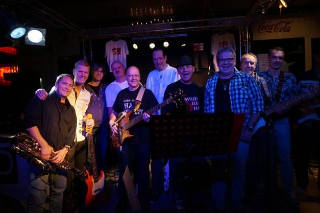Ein Gruppenbild der Musiker von der 59 Container Blues Band und der später aus ihr entstandenen Crossover Blues Band